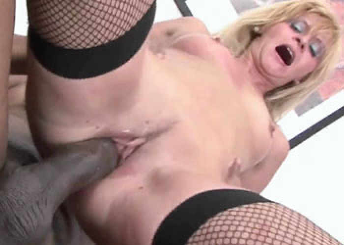Czech mom Scarlet bounces on a dick