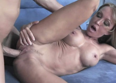 Slutty cougar Kristina gets a big facial
